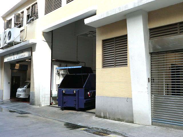 M1 Compacting trash bin near Parque de Estacionamento do Mercado de S. Lourenço