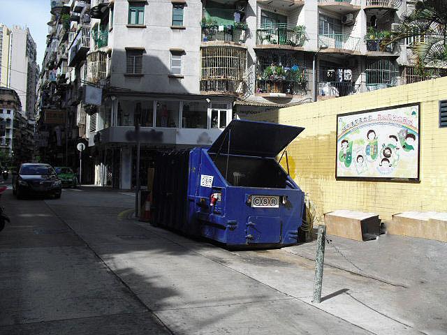 M3 Compacting trash bin at the opposite Rua de Manuel de Arriaga  No. 26
