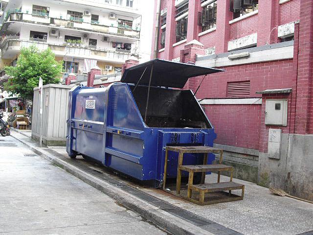 M11 Compacting trash bin opposite Rua Norte do Mercado Almirante Lacerda No. 5
