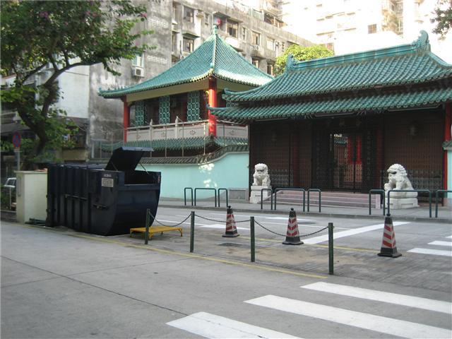 M16 Compacting trash bin at intersection of Avenida do Ouvidor Arriaga No. 4