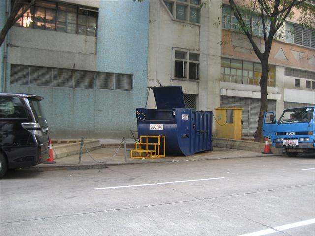 M17 Compacting trash bin at estrada Marginal da Areia Preta No. 87