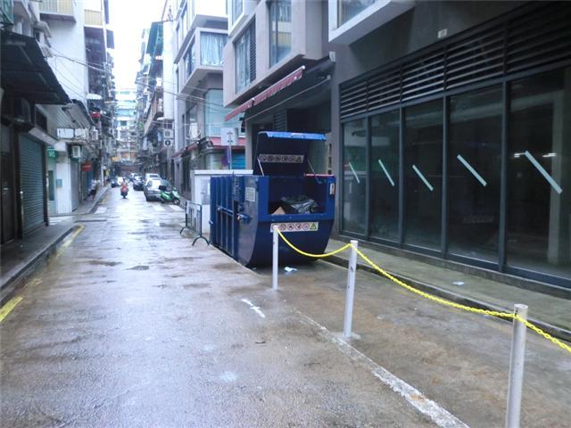M32 Compacting trash bin at rua de Espectação de Almeida No. 22