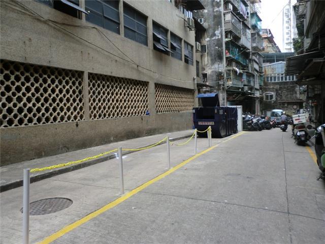 M33 Compacting trash bin at opposite Rua das Alabardas No.10 D