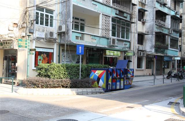 M22 Compacting trash bin at Estrada de Adolfo Loureiro No. 12J