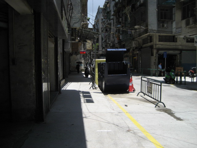 M23 Compacting trash bin at Rua de Martinho Montenegro No. 13