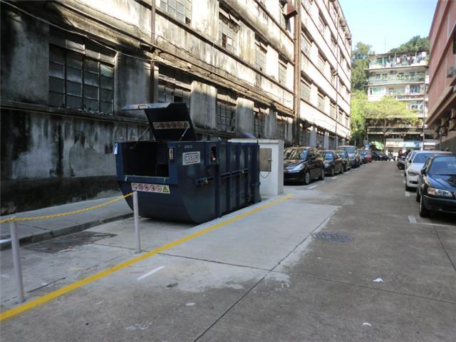 M36 Compacting trash bin at Rua do Padre João Clímaco No. 23