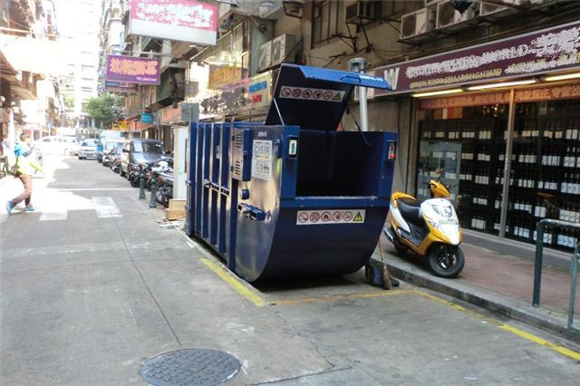 M40 Compacting trash bin at Rua Dois do Bairro Vá Tai  No. 6