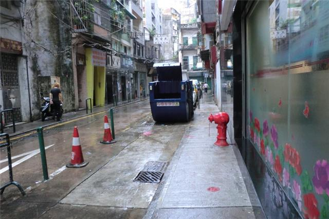 M46 Compacting trash bin at opposite Rua do Infante No. 11