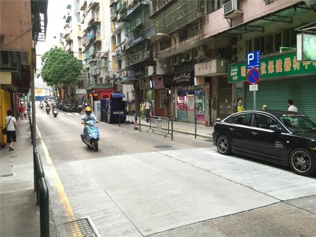 M47 Compacting trash bin at Rua de Coelho do Amaral No. 3