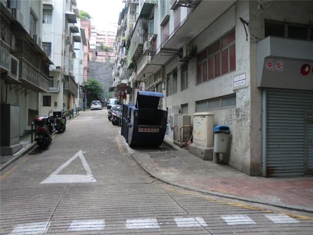 M52 Compacting trash bin at Travessa da Barra No. 4