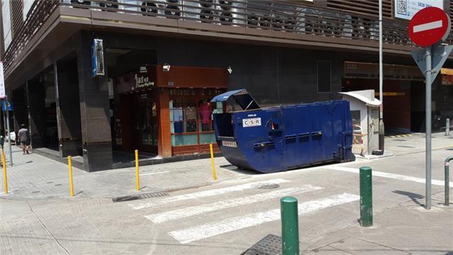 M55 Compacting trash bin at Rua Fernão Mendes Pinto No. 46