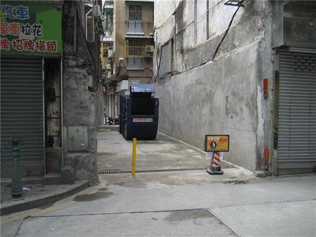 M50 Compacting trash bin at Rua de João de Araújo No. 68