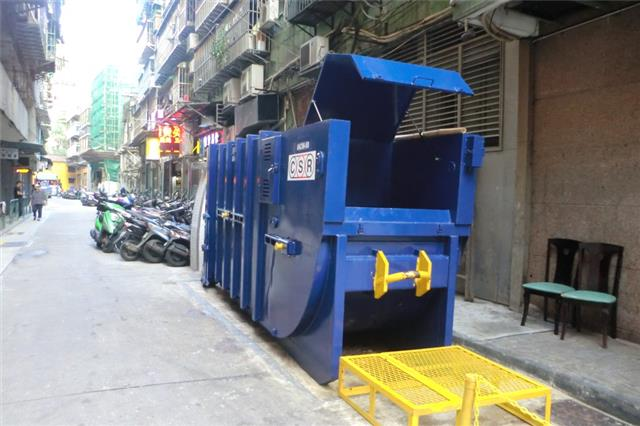 M58 Compacting trash bin at Travessa dos Calafates No. 2