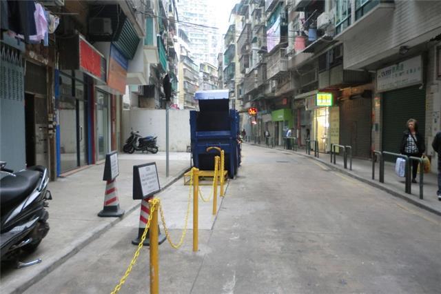 M60 Compacting trash bin at Rua de Alegria No. 11B