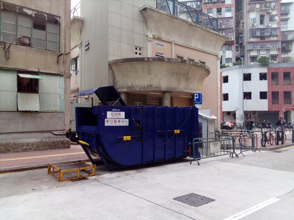 M67 Compacting trash bin at intersection of  Rua Central de T'oi Sán  No. 200