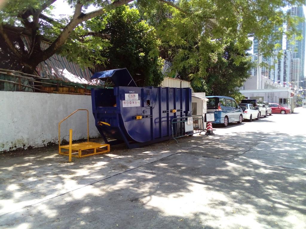 M68 Compacting trash bin at intersection of Estrada Marginal da Ilha Verde(DIRECÇÃO DOS SERVIÇOS DE ASSUNTOS MARÍTIMOS E DE ÁGUA - DOCA DA ILHA VERDE)