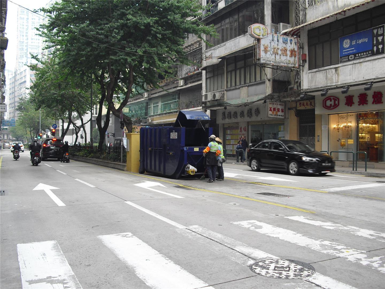 M12 Compacting trash bin at the intersection of Avenida do Ouvidor Arriaga No. 99
