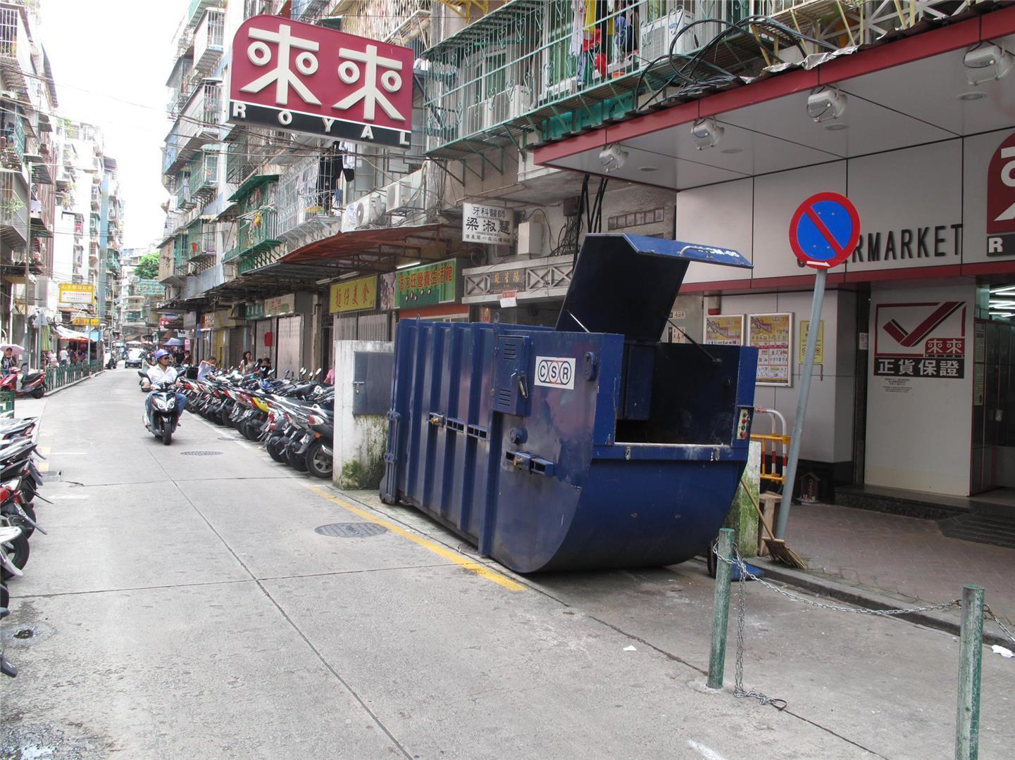M14 Compacting trash bin at Rua da Praia do Manduco No. 57