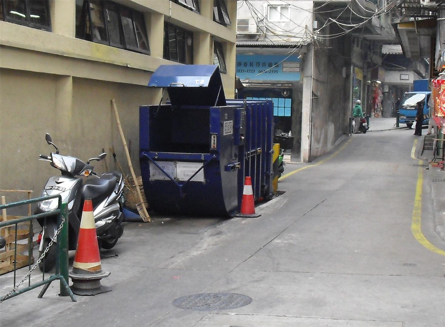M7 Compacting trash bin outside Horta e Mitra Market