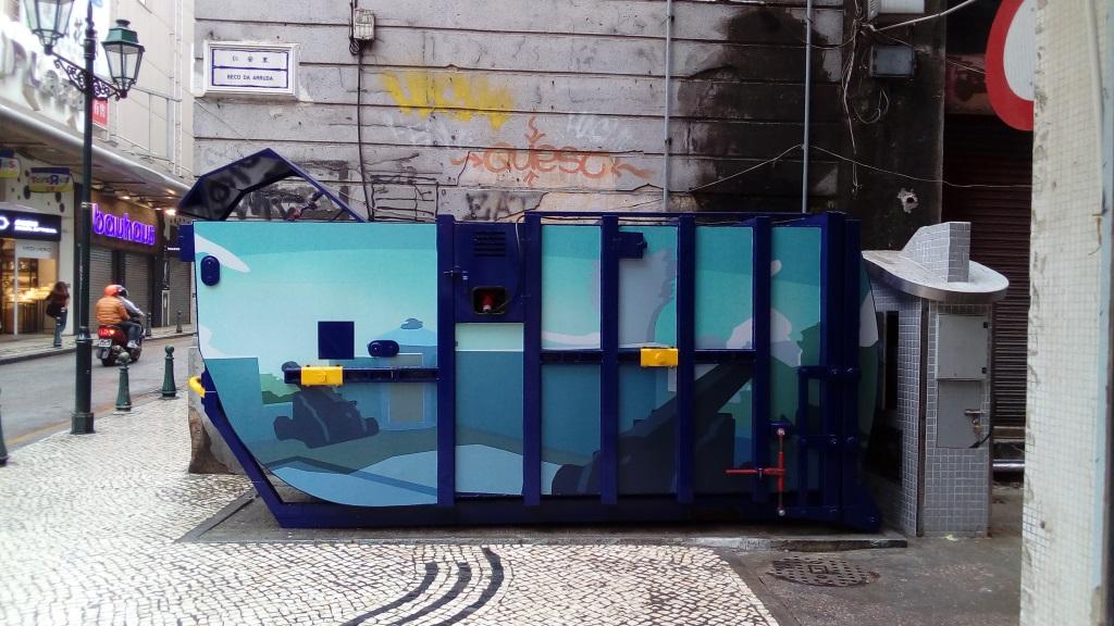 M72  Compacting trash bin at Opposite Beco da Arruda nº 2A