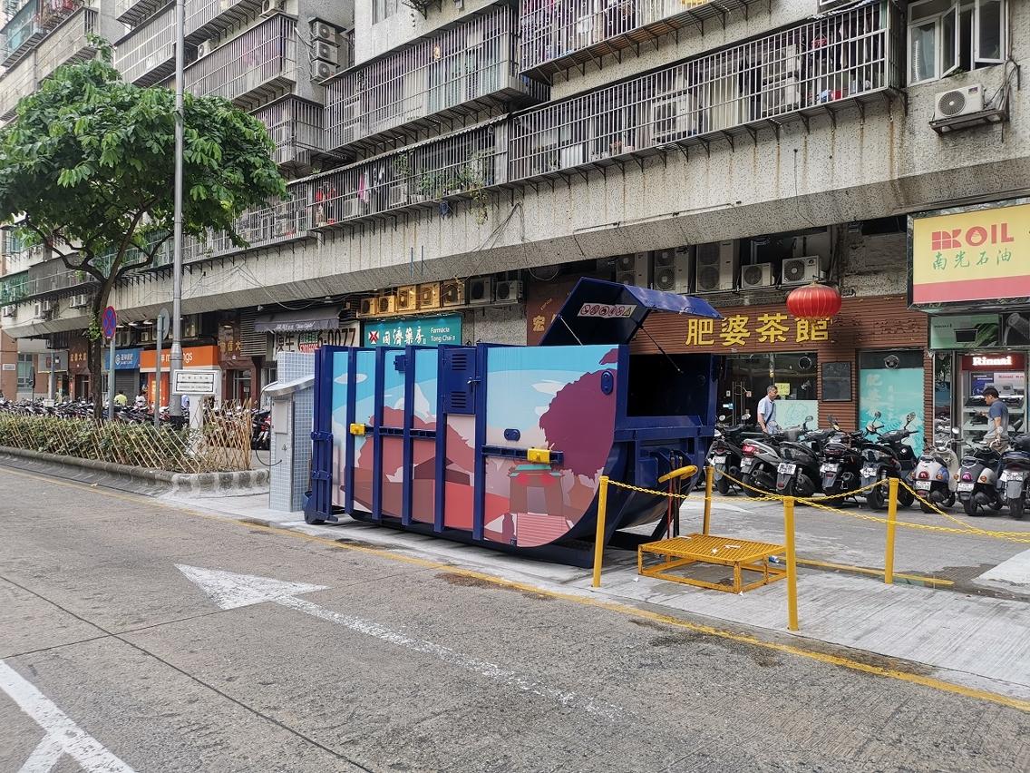 M4 Compacting trash bin at the opposite Avenida da Concórdia No. 80