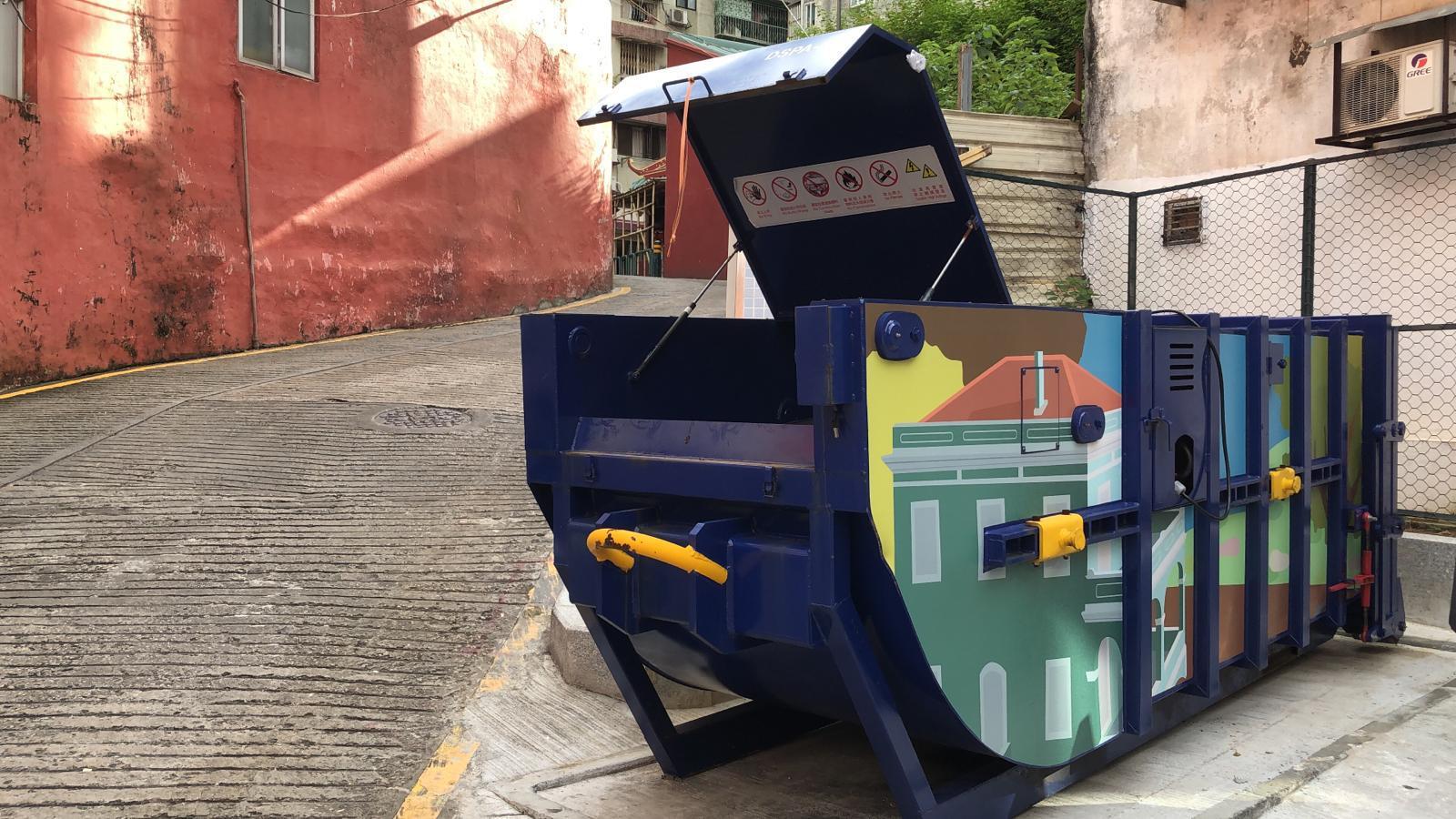 M73 Compacting trash bin at Travessa de Sancho Pança