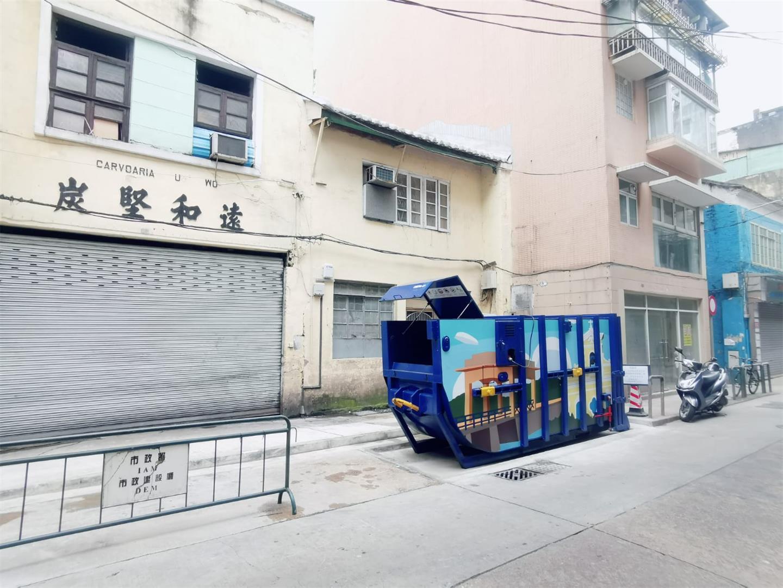 M75  Compacting trash bin at Rua de Camilo Pessanha No. 36