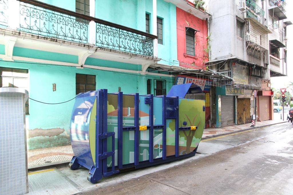 M77 Compacting trash bin at Rua do Peixe Salgado No.  4