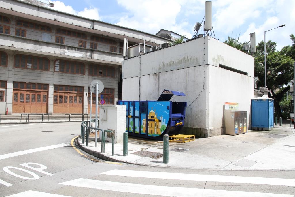 M39 Compacting trash bin at opposite Rua do Almirante Sérgio No.13B
