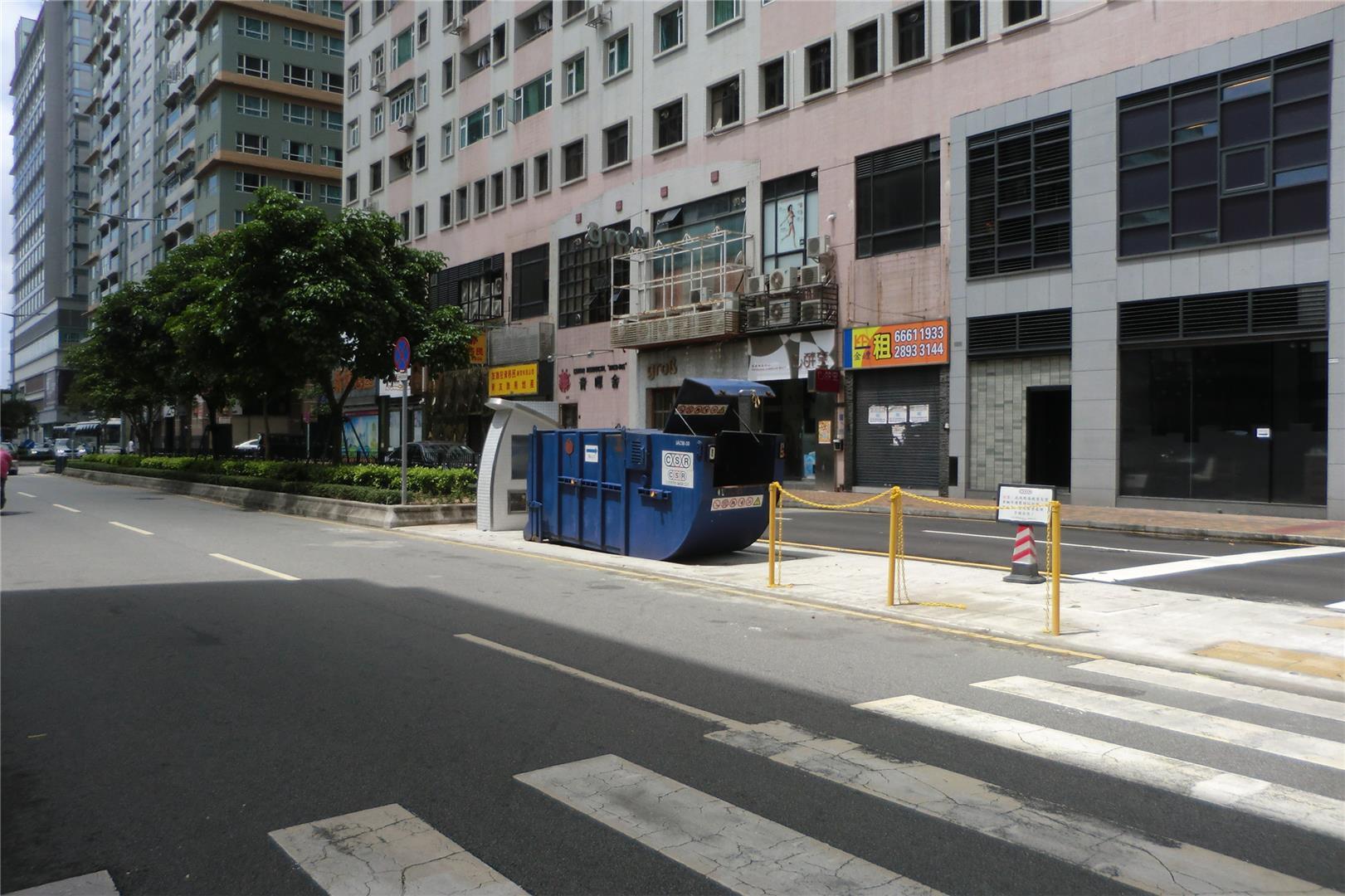 M56 Compacting trash bin at Avenida do Governador Jaime Silvério Marques  No. 203