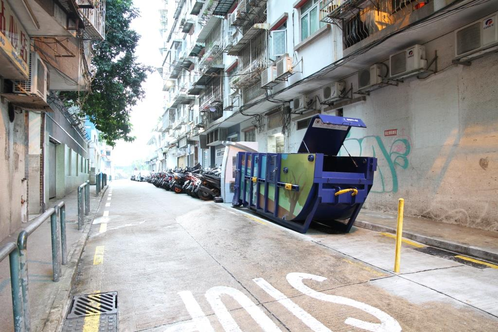 M79 Compacting trash bin at Rua de Jorge Álvares No.  4