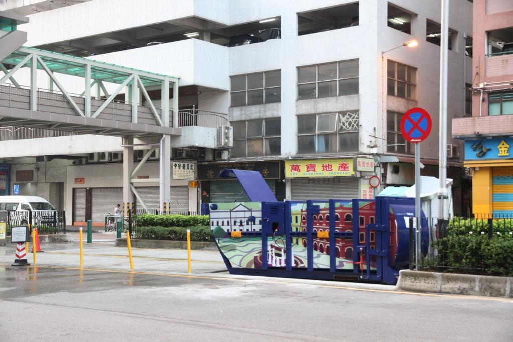 M80 Compacting trash bin at Rua Sul do Patane No. 181