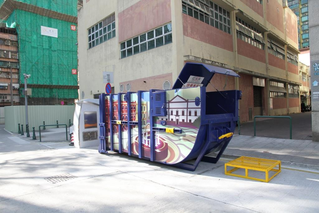 M83 Compacting trash bin at Rua da Doca do Lam Mau No. 47